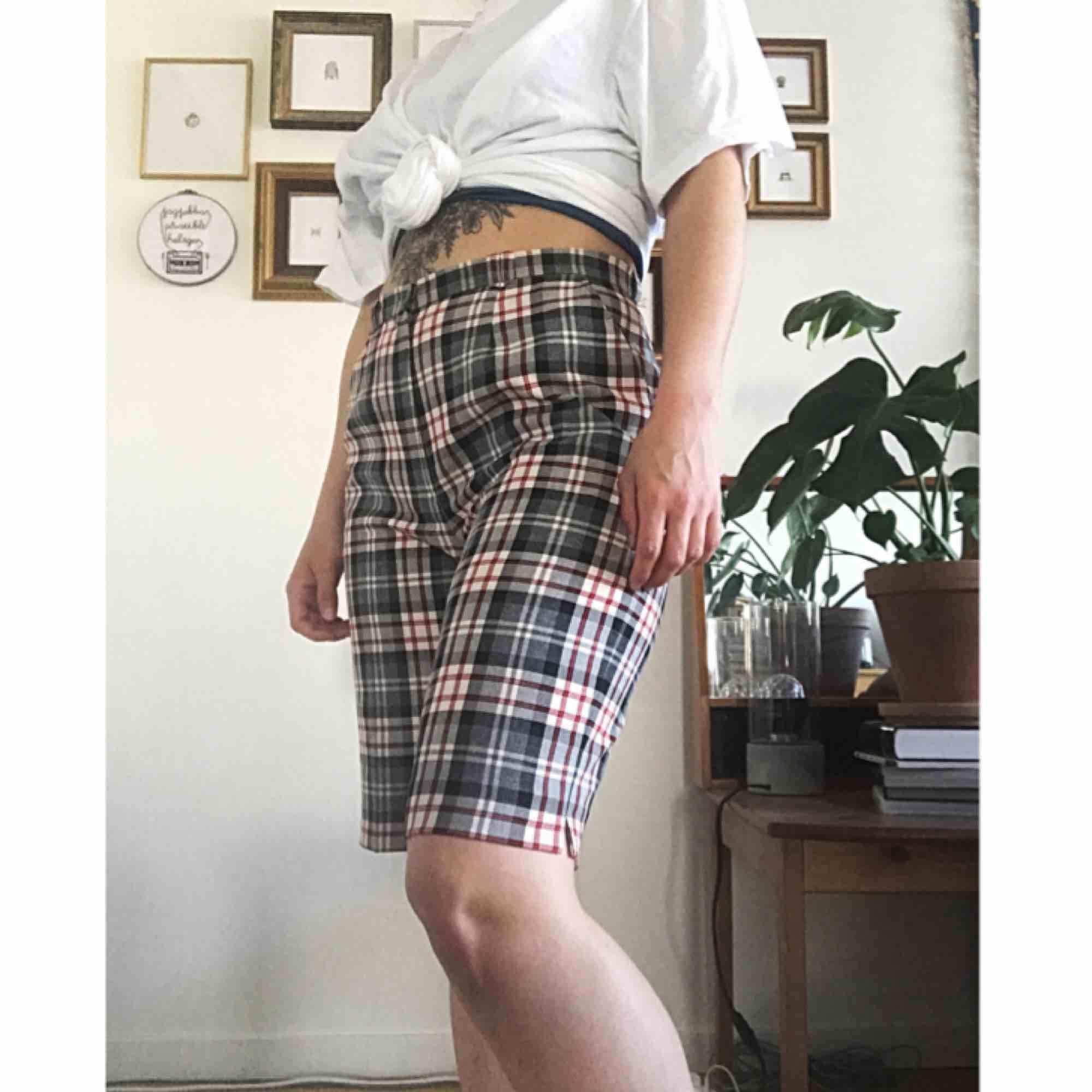 Inköpta secondhand, knappt använda av mig. Perfekta sommarshorts som du definitivt kommer vara ensam om att ha. ☀️. Shorts.