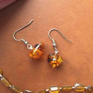 Säljer handgjorda örhängen med ett matchande halsband som kan vridas två gånger runt halsen, eller bära som ett längre halsband. Frakten är inräknad i priset.