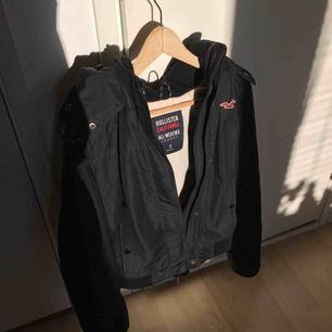 """Snygg svart """"All-weather"""" jacka. Själv använt den under sen höst och tidig vår, den är ganska varm men lite för kall när det är minusgrader. Köptes för 1200kr.. Pris kan diskuteras! 💕"""