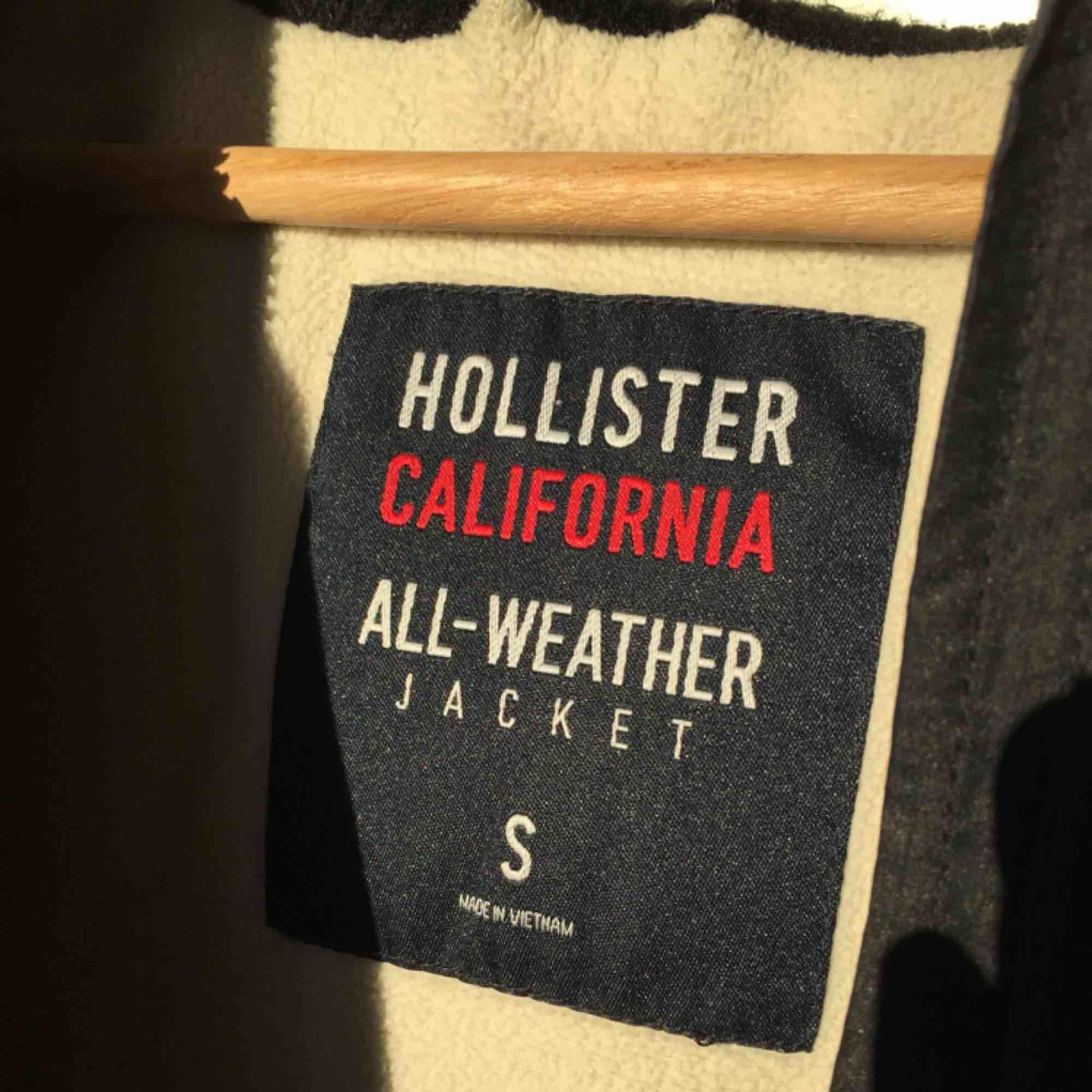 """Snygg svart """"All-weather"""" jacka. Själv använt den under sen höst och tidig vår, den är ganska varm men lite för kall när det är minusgrader. Köptes för 1200kr.. Pris kan diskuteras! 💕. Jackor."""
