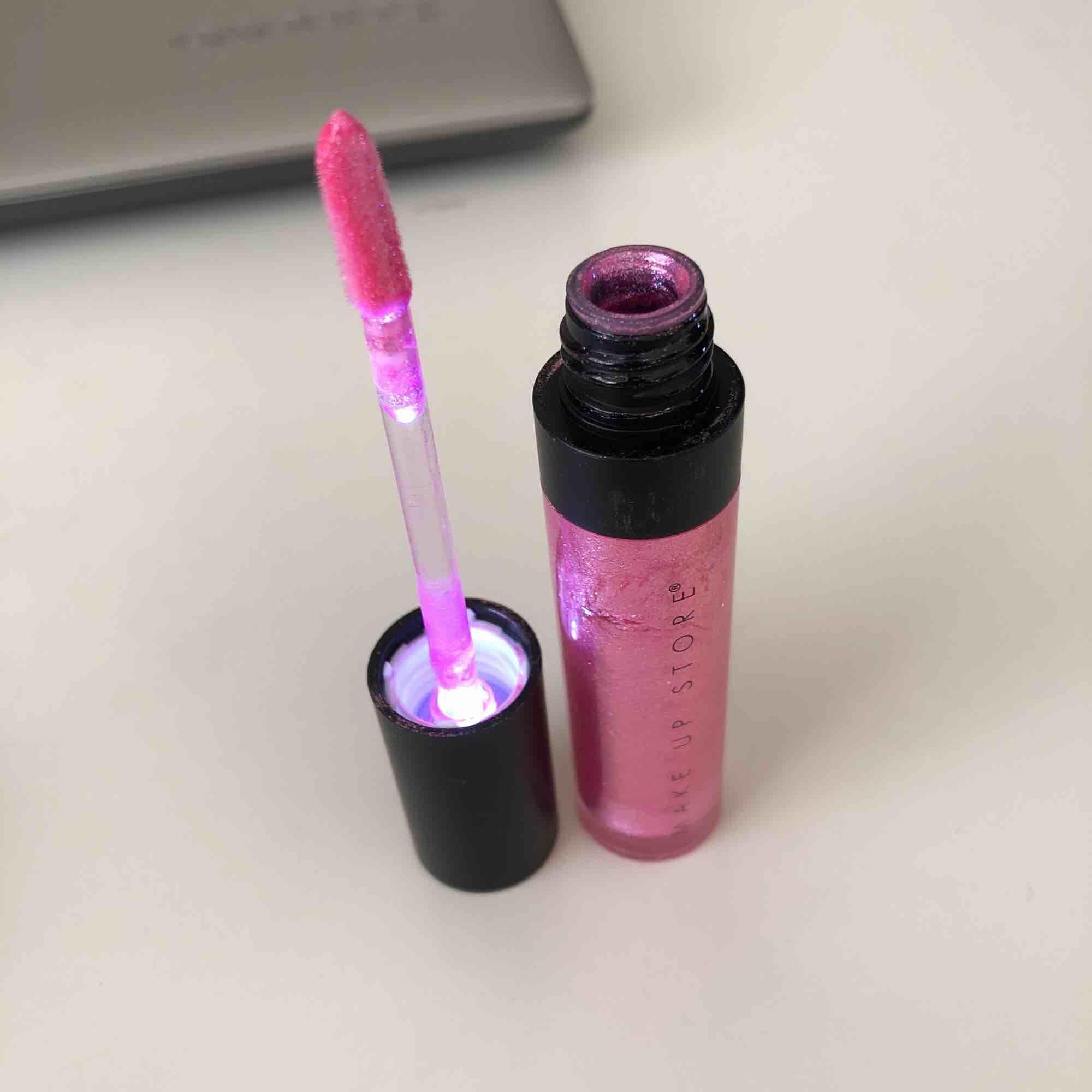 Säljer lite olika, oanvända smink grejer; Smink-borste ❤️SOLD❤️ Ljus-rosa läppglans, led lip gloss ❤️SOLD❤️, brun/mörklila ögonskugga Brun ögonpenna, gyllenbrun highlighter, mini beauty blender. Accessoarer.