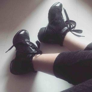Dansskor/ sneakers perfekta inom jazz.👯♀️ Material spets och läder med en delad sula.  skorna Köptes till en dansföreställning men användes aldrig. Storlek 36  Pris: 250 kr  (frakt ingår)