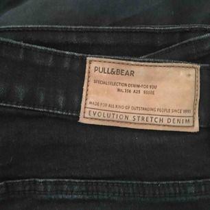 Svarta jeans från pull&bear! Dem är för herr i storlek 44.   Kontakt:  0732500530(nås på sms) Köparen står för frakten!