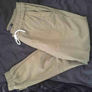 Gröna byxor från bershka !Mycket bra skick  Kontakt:  0732500530(nås på sms) Köparen står för frakten!