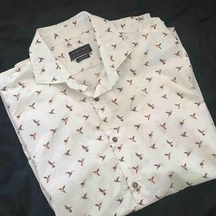Vit skjorta från zara med tryck av fåglar!   Kontakt:  0732500530(nås på sms) Köparen står för frakten!