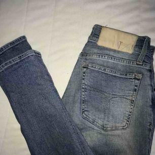 Ett par Tiger of Sweden jeans i väldigt bra skick! Köptes nya för cirka 2 år sedan men säljer nu pga de blivit lite för små. Fraktar endast där köparen står för fraktavgiften!💖