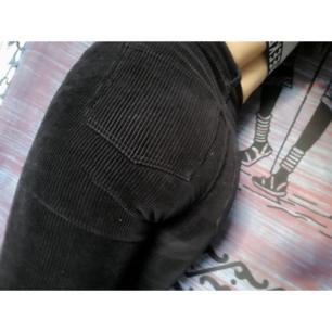 Fina och sköna byxor från Monki!  Ser mörkblåa ut i vissa ljus och ibland svarta.  Det är storlek 32 men de sitter rätt löst på mig så skulle säga att de snarare är S (34-36)