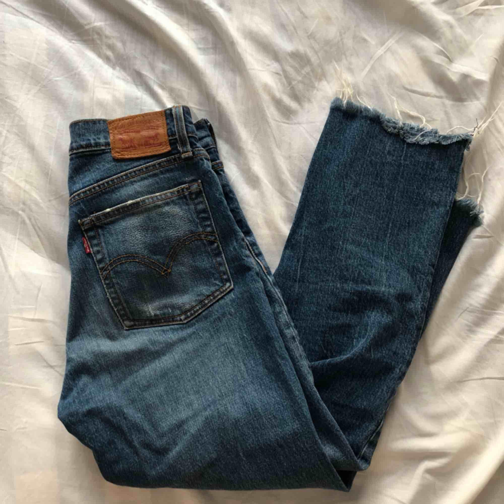 Skitsnygga mörkblå levisjeans!! Väldigt bra skick, lite korta men de är snygga till sommarn, jag står för frakten. Jeans & Byxor.