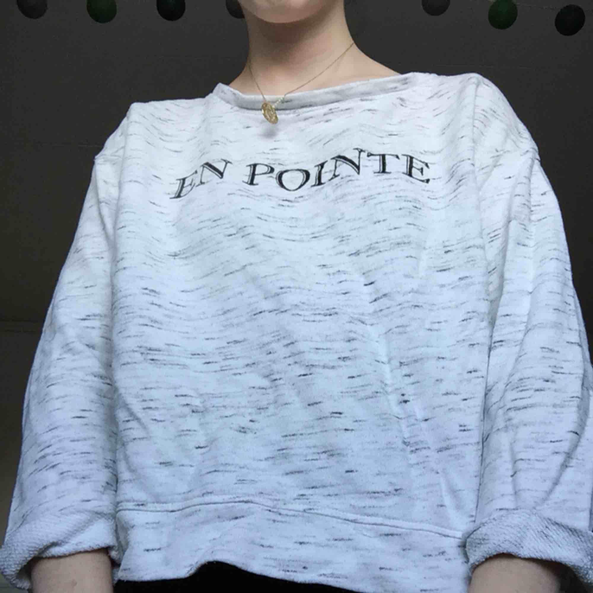 """Vit skön """"En pointe"""" tröja från Gina Tricot. Frakt tillkommer. . Tröjor & Koftor."""