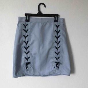 Jätte snygg kjol köpt second hand men som jag aldrig hann använda då den blev för liten. Den är tyg bakom snörningen 🦋 Möts upp i Gävle eller fraktar för 36kr