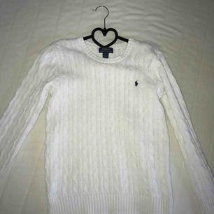 En kabelstickad Ralph Lauren tröja som är använd cirka 5 gånger! Är i storlek L (barnstorlek), vilket motsvarar S. Väldigt bra skick, säljer pga den inte kommer till användning. Frakt tillkommer.😊