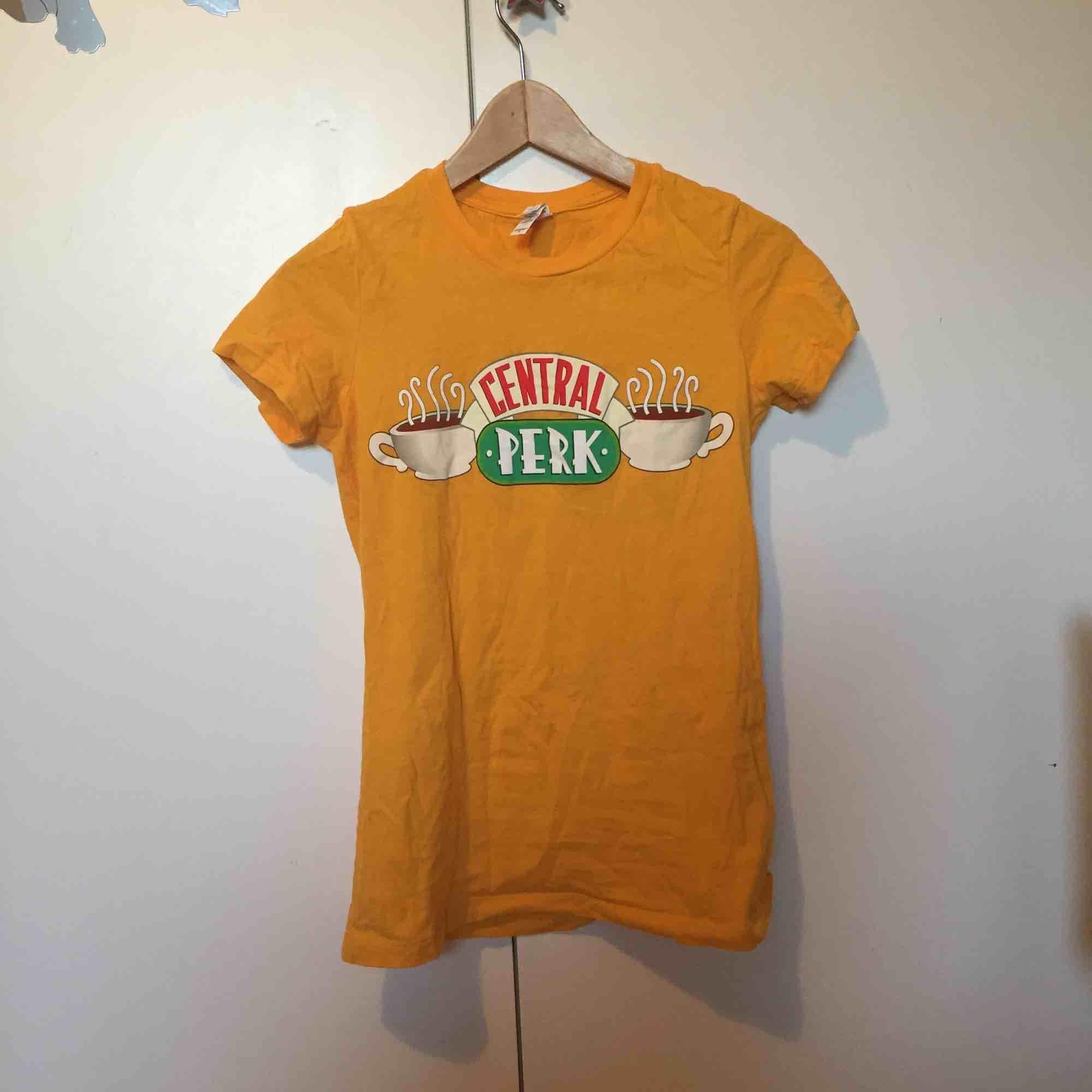 Unik gul Central Perk (friends) tröja. Aldrig använts, bara testat. Köptes på NBC i New York City. Jag kan mötas upp i Lund eller frakta . T-shirts.