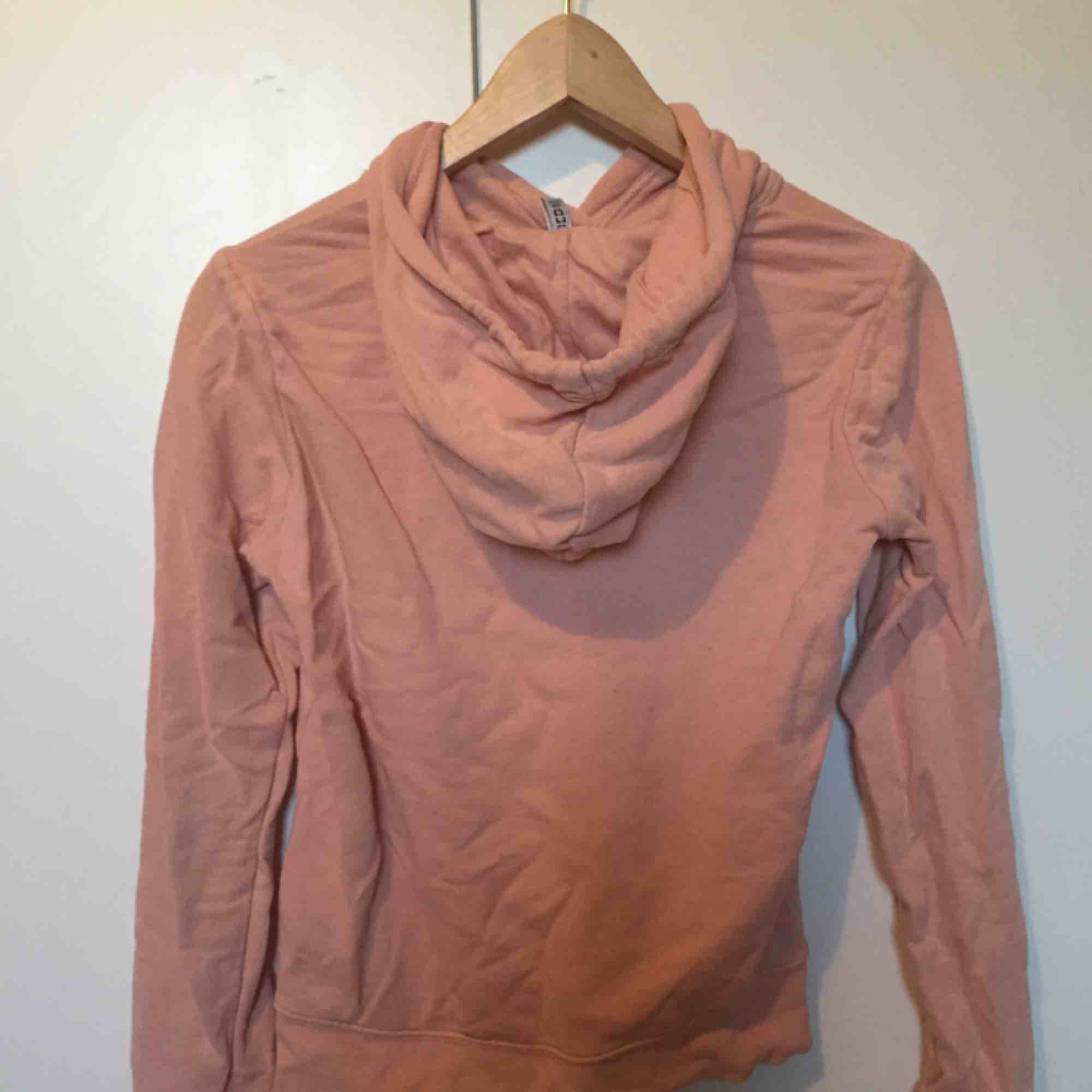 Snygg rosaish hoddie med ficka. Har tyvärr blivit för liten för mig. . Huvtröjor & Träningströjor.