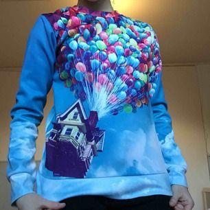 Snygg Up-tröja (filmen Up). Andra bilden visar baksidan av tröjan.