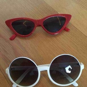 Två par solglasögon som är i mycket bra skick. Priset gäller för ett par. Om du vill ha båda blir det 100 kr