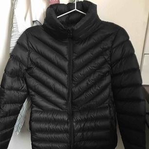 Lättare svart dunjacka säljes. Stl:38. Lite mindre i storleken, snarare närmre 36. Iprincip oanvänd. Nypris: 599:- säljer för 150.