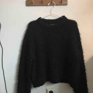 Svart stickad tröja, Monki, stl M, 80kr.