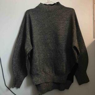 Silvrig tröja, H&M, stl XS (mer som en S) 80kr.