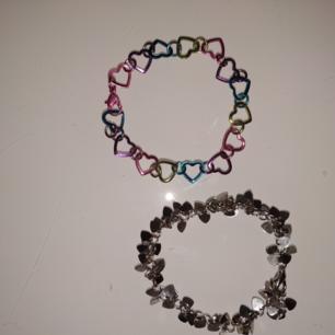 ( det högst upp är sålt) två söta armband med hjärtan som passar en lite mindre handled, de kostar 12 kr st , båda för 20 kr + frakt! 💞👀
