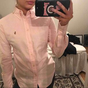 Snygg rosa/vit randig skjorta från Ralph Lauren, mycket snygg passform!!