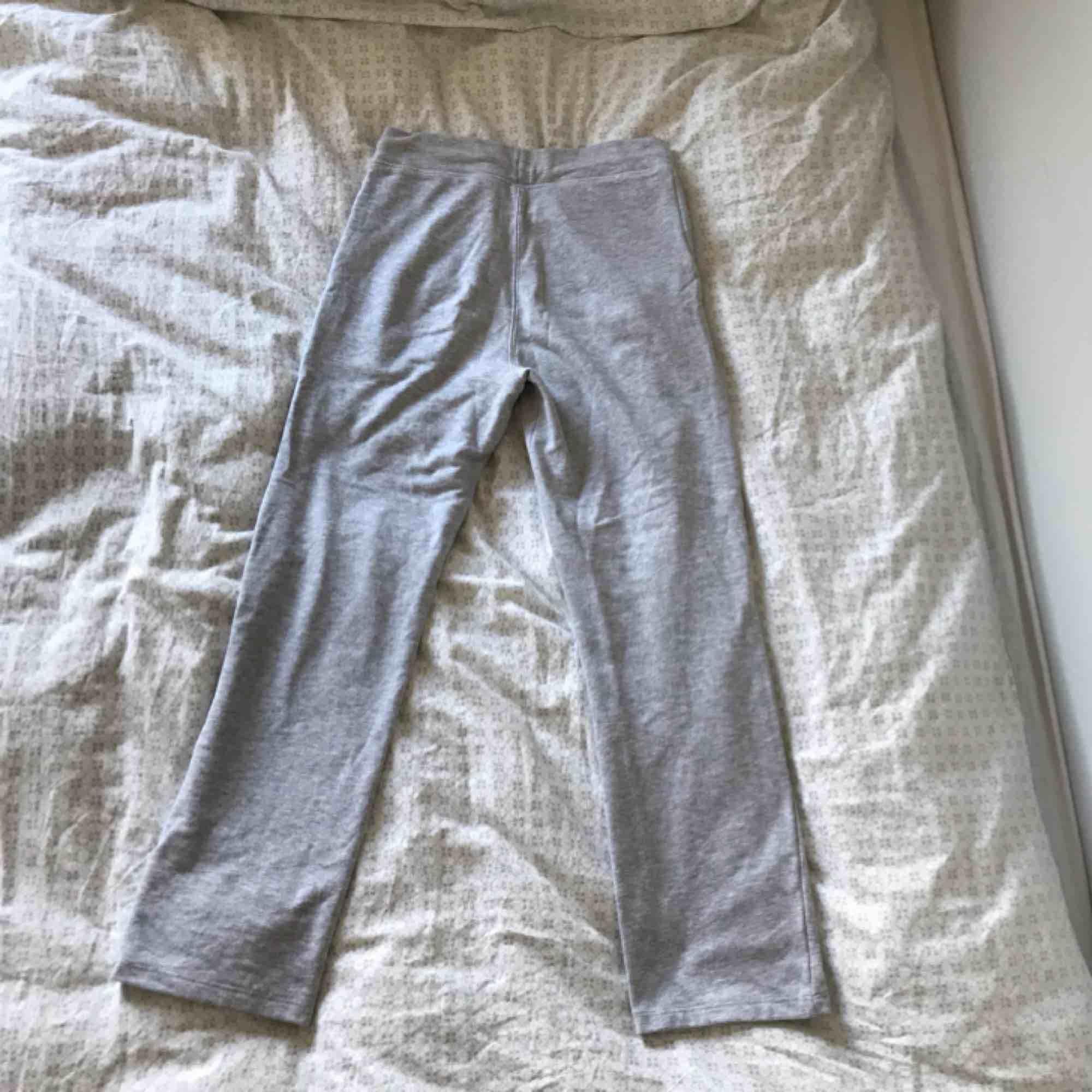 ett par gråa vida mjukisbyxor från stadium i xs, ganska noppriga därav priset, lite korta för mig som är 168, + 55kr frakt, hör gärna av er om ni har frågor eller vill ha fler bilder :). Jeans & Byxor.