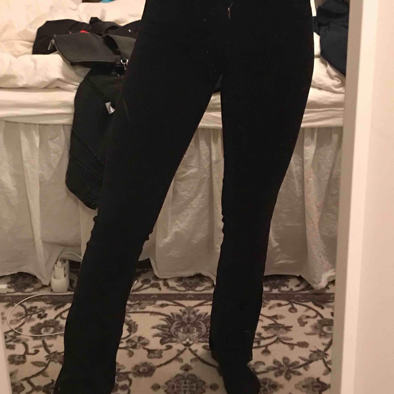 Mycket snygga halvt bootcut jeans ifrån Levis, de är stretchiga och grymt sköna!. Jeans & Byxor.