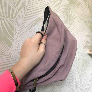 fanny pack köpt på asos, beige/rosa/lila/grå färg fluffigt material :) 100kr ink frakt. Får plats med mycket, säljer för den används inte och behöver en ny ägare :)