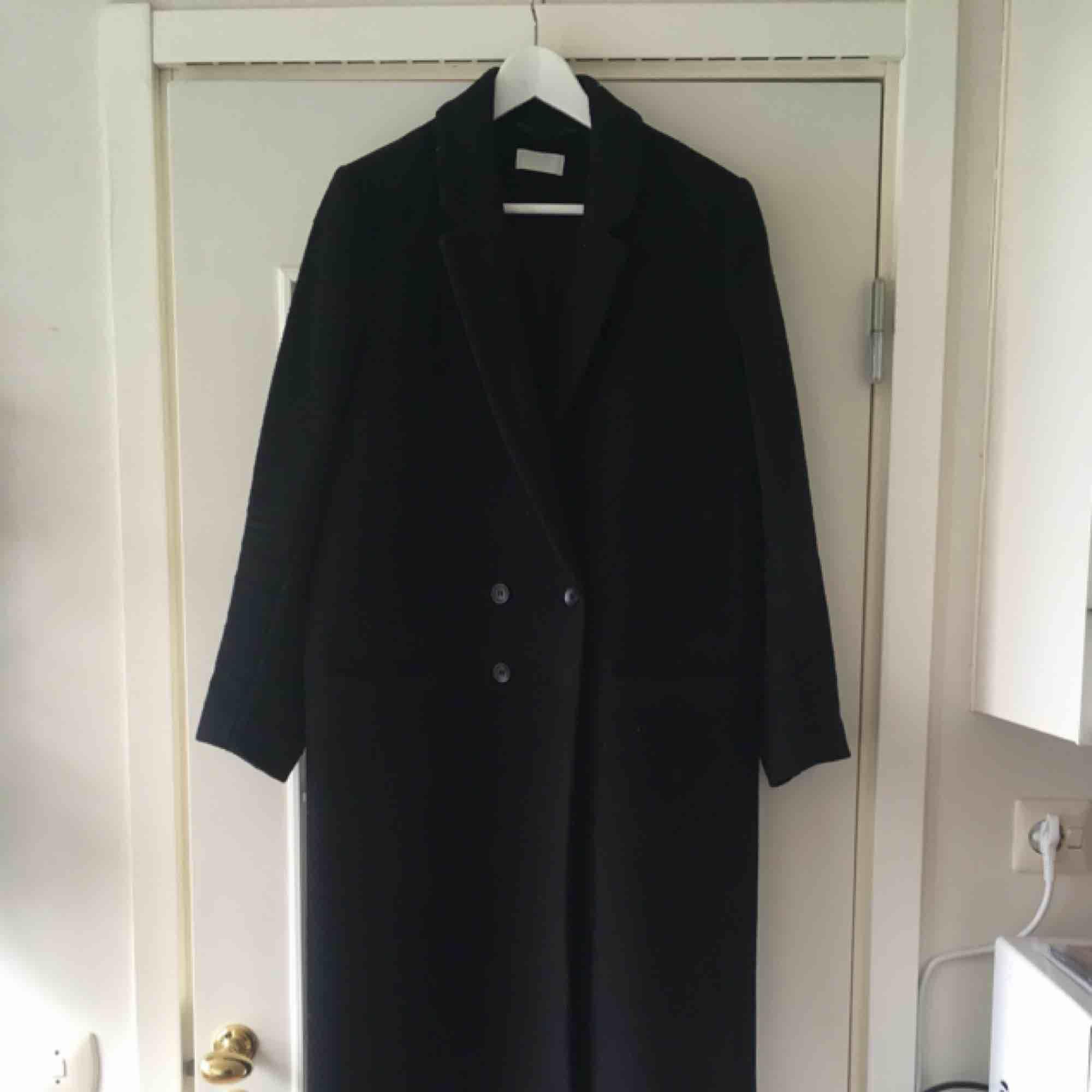 En svart kappa som går ner till anklarna.  Knappt använd! Jag som har på mig kappan är 168 cm lång.  Nypris: 1100 kr. Frakt: 95 kr. Jackor.