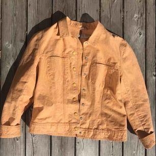 Superfin orange jeansjacka perfekt till våren. Köpt på en secondhandbutik men kom aldrig till användning.   Köparen står för frakt (: