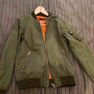 Grüne Bomberjacke von H & M. Gebrauch und in sehr gutem Zustand! Verkaufen, weil es zu klein ist. Versand 59kr. Kaufte es für 300 SEK als neu!