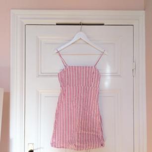 Jättesöt röd- och vitrandig klänning från Pull & Bear. Har använt den typ en gång pga den är lite väl kort på mig som är 166cm, passar nog bättre på nån som är kortare! 60% bomull och 40% viskos = jätteskön när det är varmt. Hämtas i Stockholm eller skickas mot frakt  (36kr) ✨
