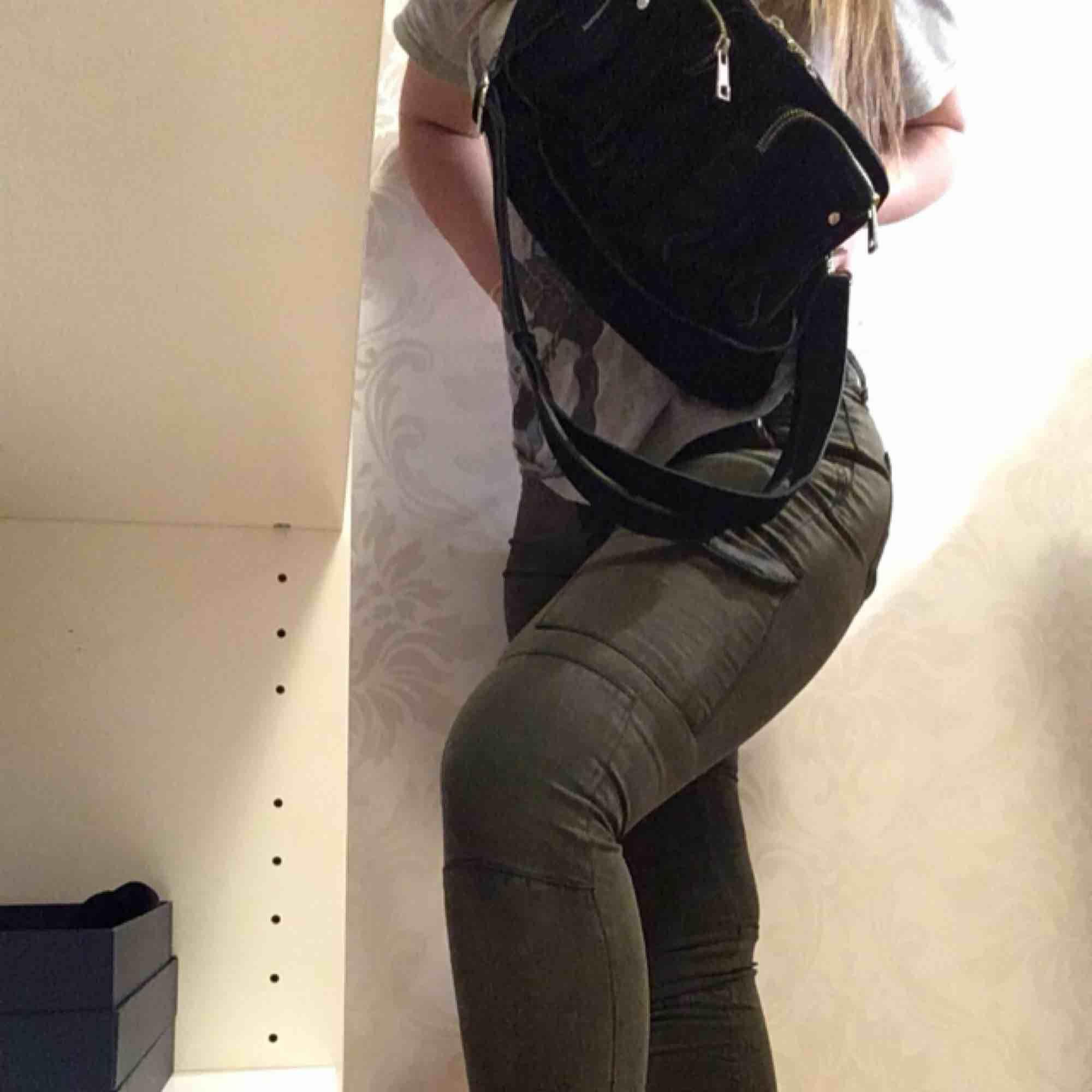skit snygga cargo pants ! lite hål där man sätter bältet men inget man tänker speciellt mycket på . Jeans & Byxor.