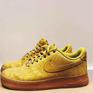 Ett par Nike Air Force 1 limited edition MILANO gula, sparsamt använda✨