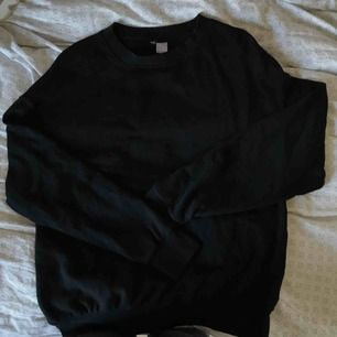 svart sweatshirt från hm i storlek xs, i bra skick, fraktar men köparen får stå för fraktkostnaden, hör gärna av er om ni har frågor eller vill ha fler bilder :)