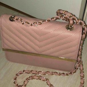 En jätte fin rosa axelremsväska!! Säljs pga ingen användning!!