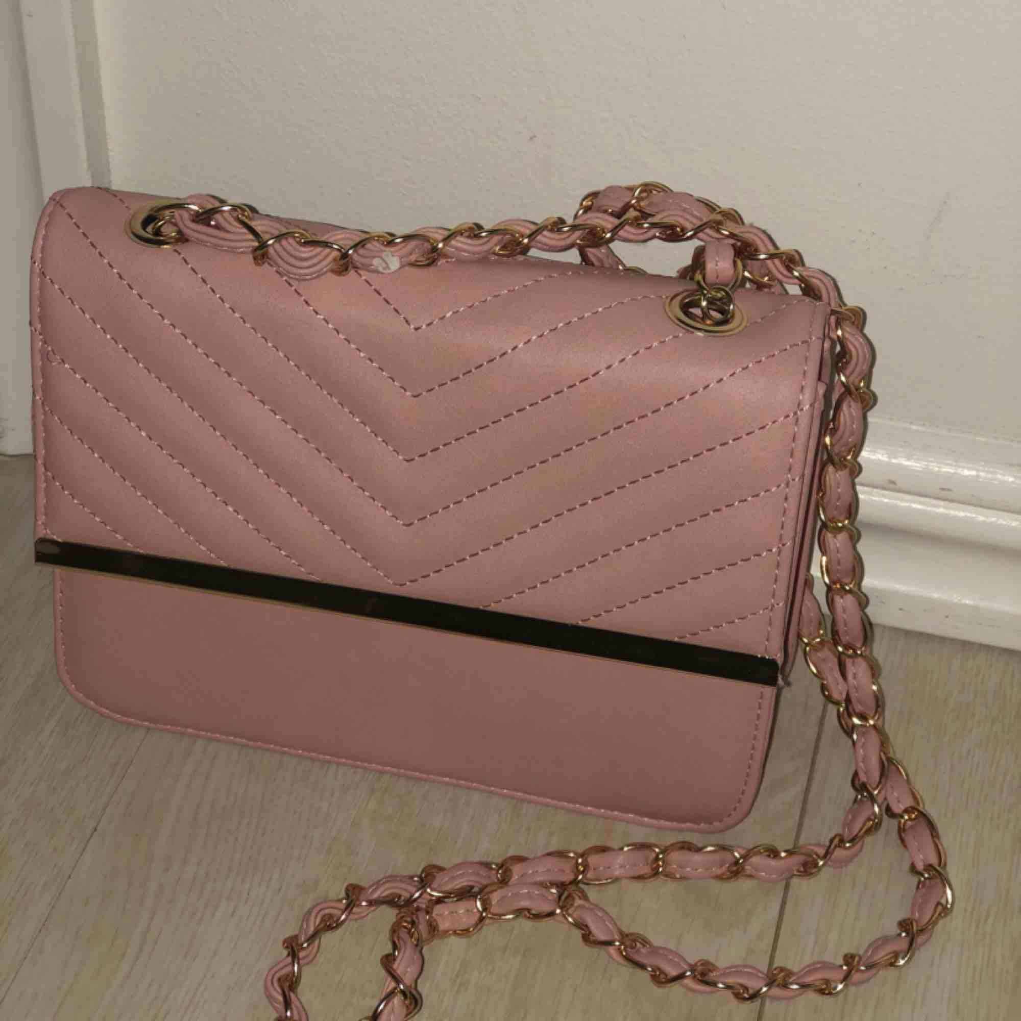 En jätte fin rosa axelremsväska!! Säljs pga ingen användning!!. Väskor.