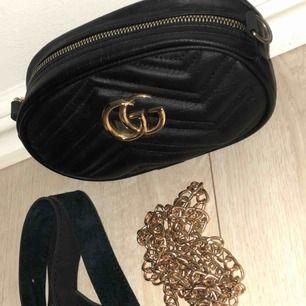 Säljer fake Gucci väska, fint skick! Säljs pga inge användning, detta är både en axelremsväska o en midja väska