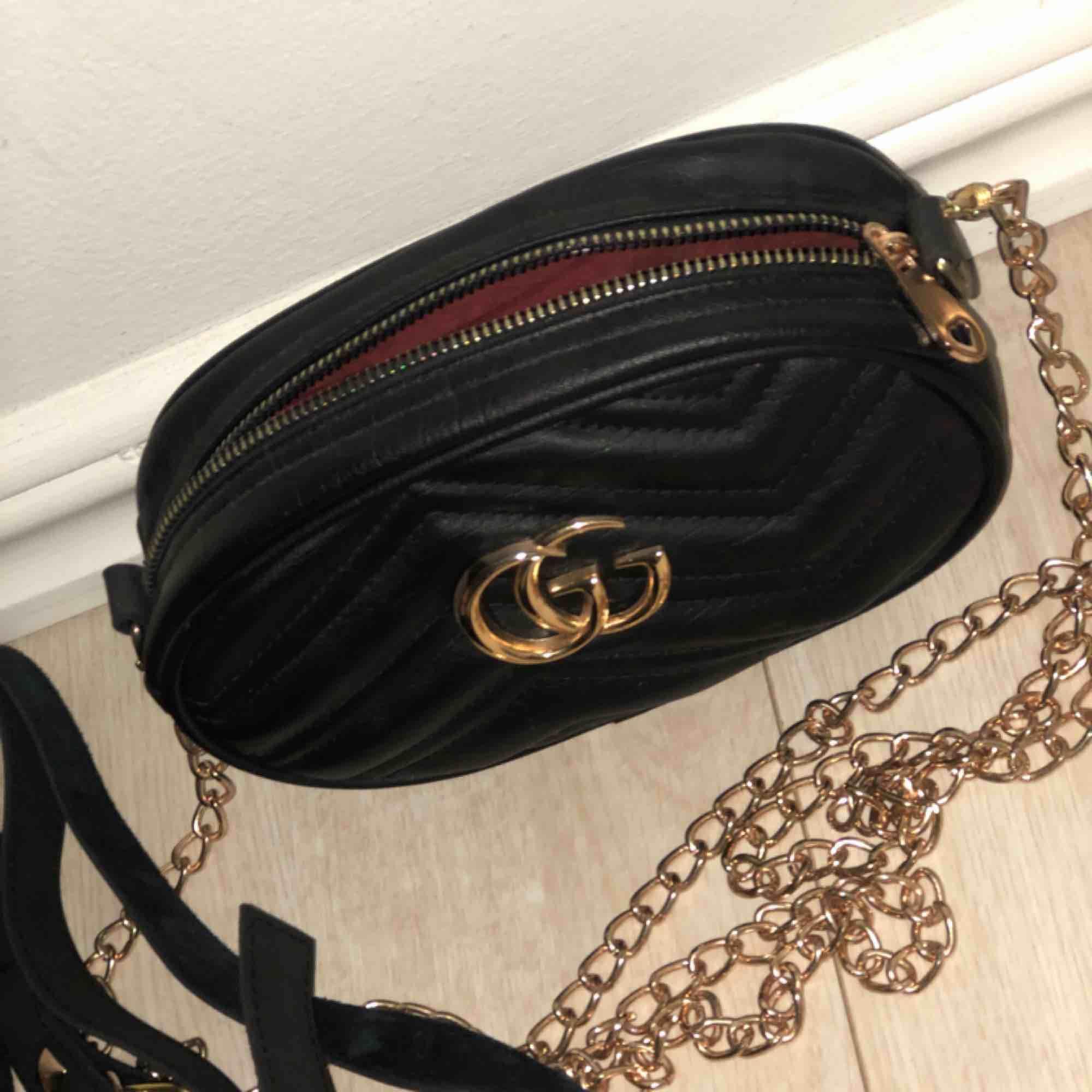 Säljer fake Gucci väska, fint skick! Säljs pga inge användning, detta är både en axelremsväska o en midja väska. Väskor.