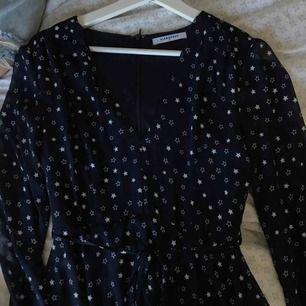 marinblå klänning med vita stjärnor, aldrig använd, priset är inte förhandlingsbart, +39kr frakt, hör gärna av er om ni har frågor eller vill ha fler bilder :)