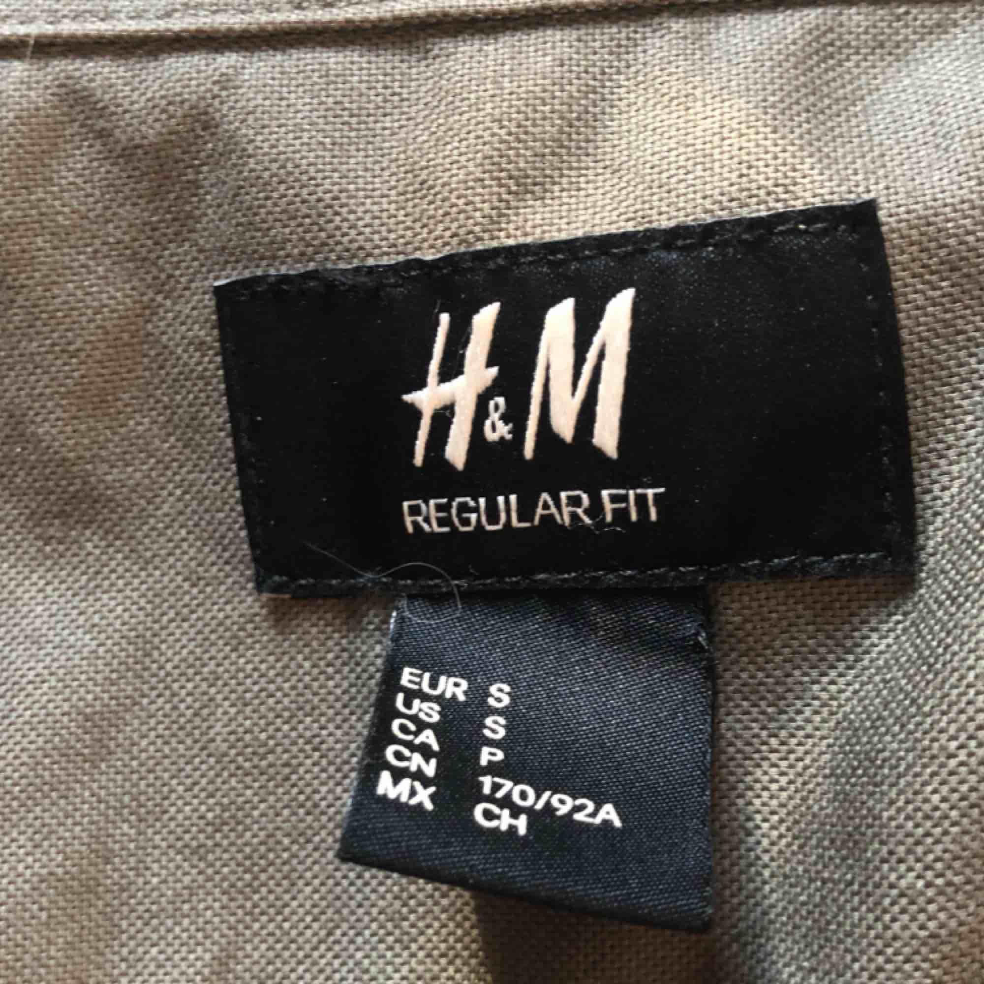 säljer denna gröna skjorta från h&m man kan dra på de lätt över nån croptop eller t-shirt  passar en xs/s/m den e oversized på mig pga köpt på herr frakten går på 30kr💌. Skjortor.