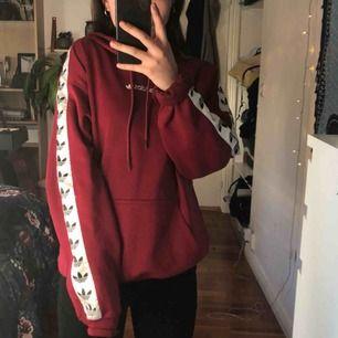 röd hoodie från adidas💃 modell: adidas tnt tape hoodie sparsamt använd, som nyskick🔥 frakten kostar 63kr (spårbar frakt)💌