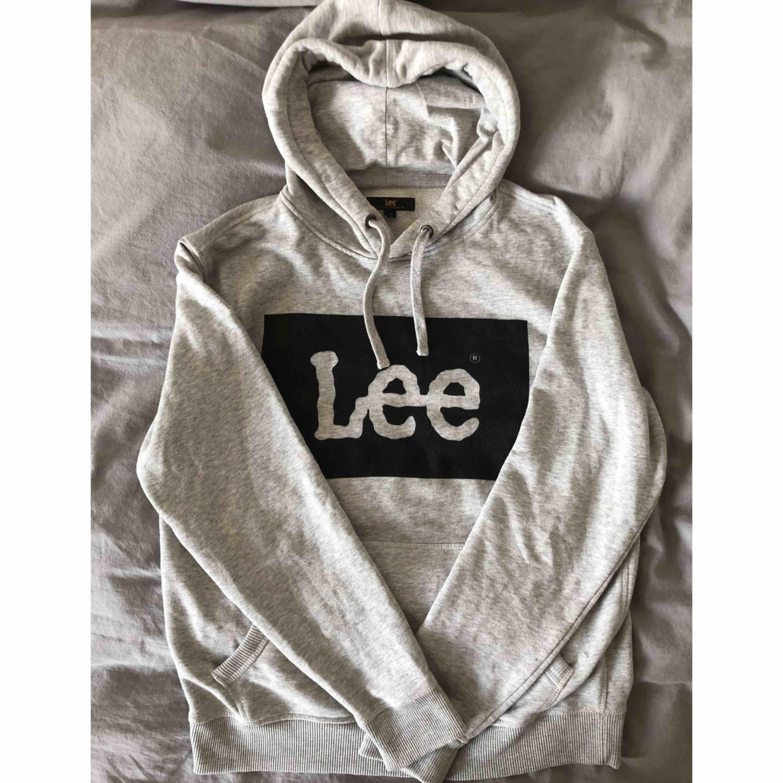 """Snygg Lee hoodie som är använd men i gott skick. Något """"luddig"""" på själva märket, men annars felfri. Frakt tillkommer och betalningen sker via swish.. Huvtröjor & Träningströjor."""