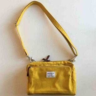 Sandqvist väska i gul färg och i bomull.  Bra skick, men spår av användning finns!
