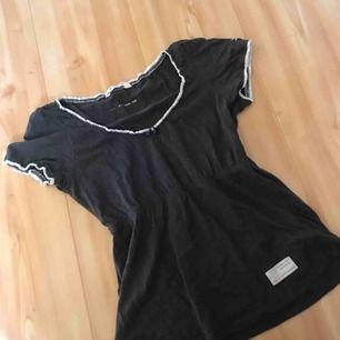 En grå oddmolly tröja i storlek 0 vilket motsvarar xs. Knappt använd.