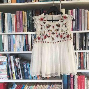 Härlig böljande sommarblus från Zara! Tar swish & kan möta upp i Göteborg. Priset är inkl frakt<3