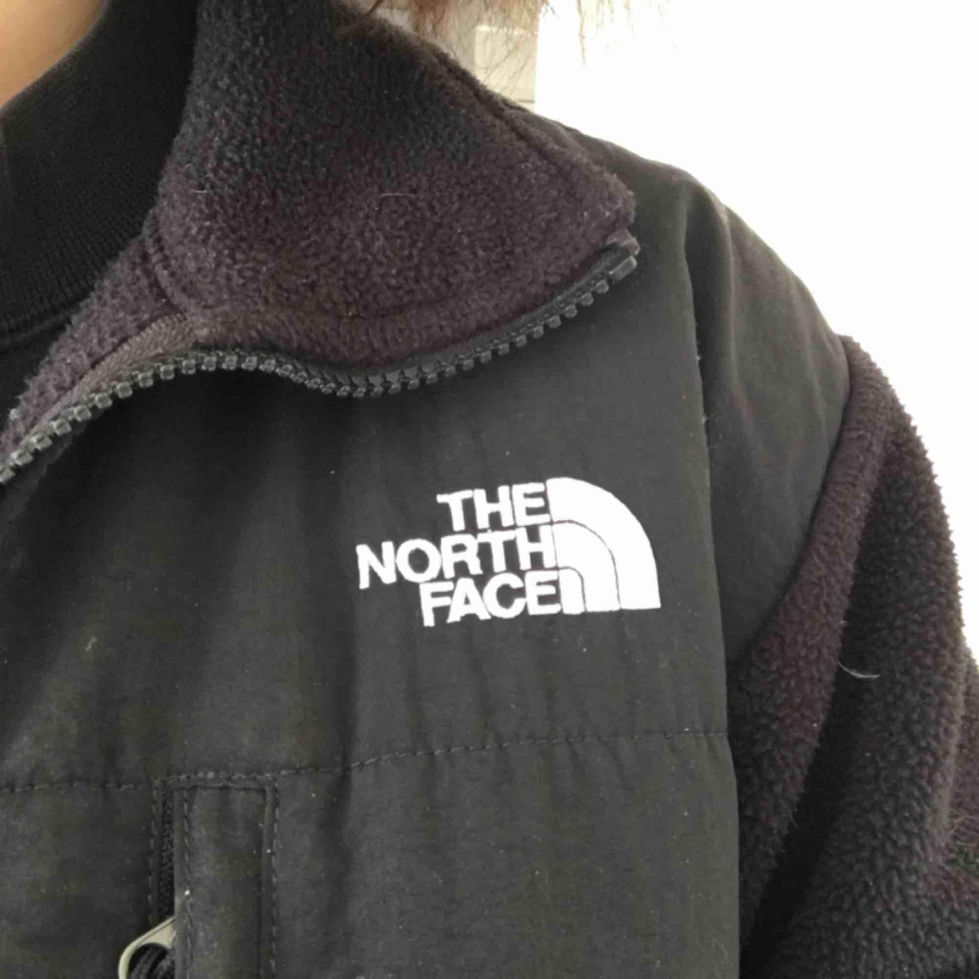 North face fleece / jakke købt i London !! Meget varm og hyggelig og perfekt i foråret. Jakker.