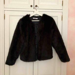 En svart pälsjacka (fejkpäls) från Nakd i mycket bra skick. Endast använd ett fåtal gånger. Jackan är i storlek xs men passar även S/M.