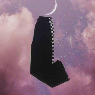 Supersköna byxor med schakrutsmönster längst benen🖤 Säljer pga att de inte används tillräckligt. Köpta i ngn härlig butik i berlin 🥰 står ingen size men passar typ S-M. Jag är 176 cm (längdreferens) 😇 frakt ingår!