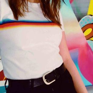 Tshirt med färgglatt band över bröstet Frakt 25kr