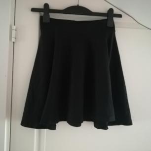 Svart kjol från H&M i storlek S.
